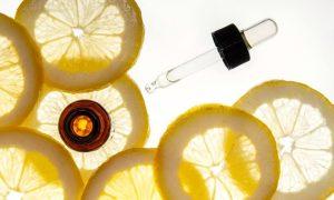 Vitamin C Serum mit Pipette und Zitronen