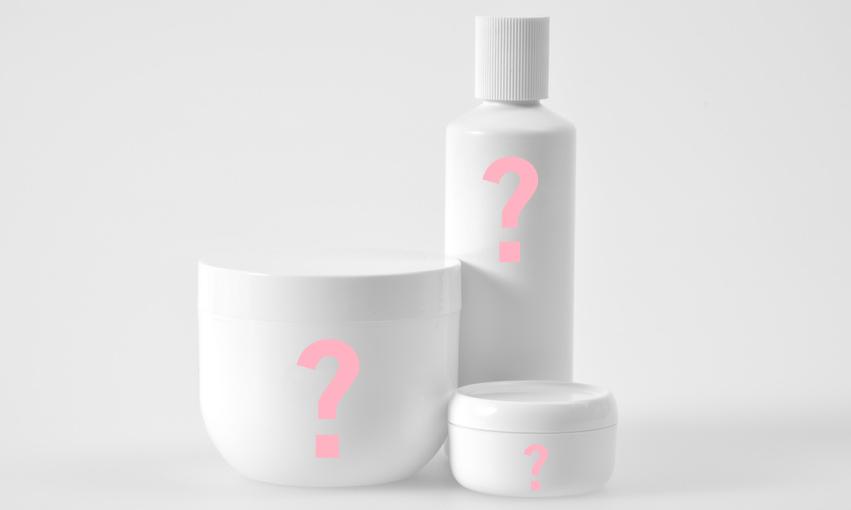 Verschiedene Kosmetik mit Fragezeichen