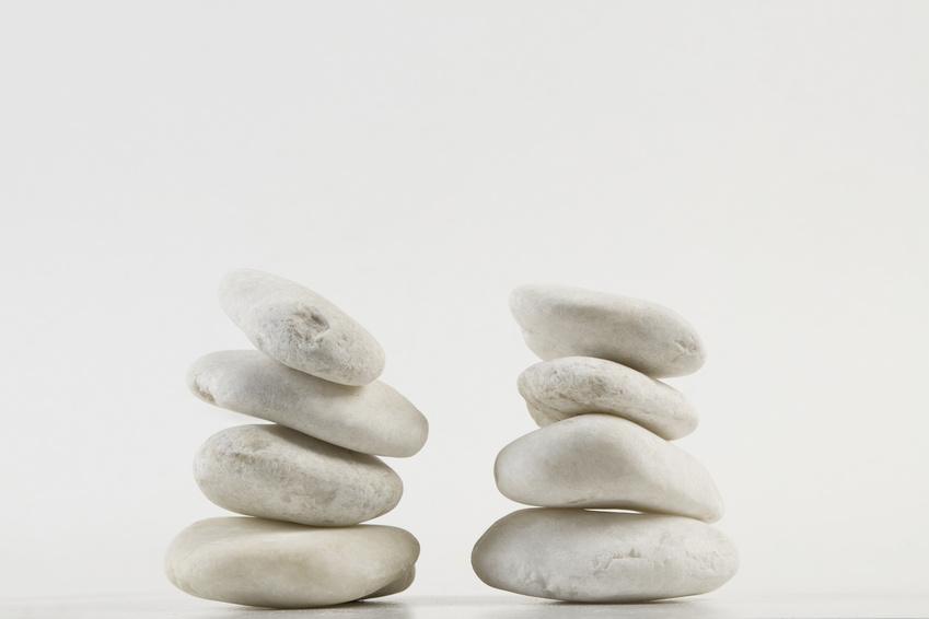 Zwei Türme aus Steinen in Balance