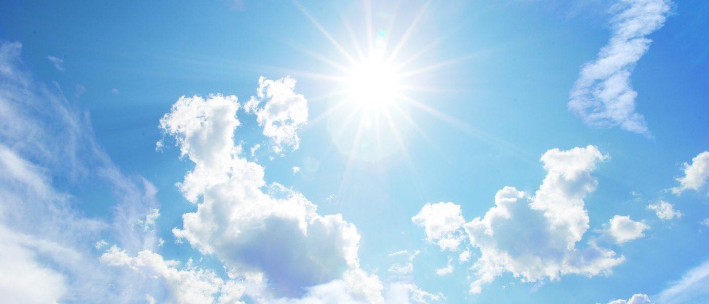 Sonnenstrahlen am Himmel