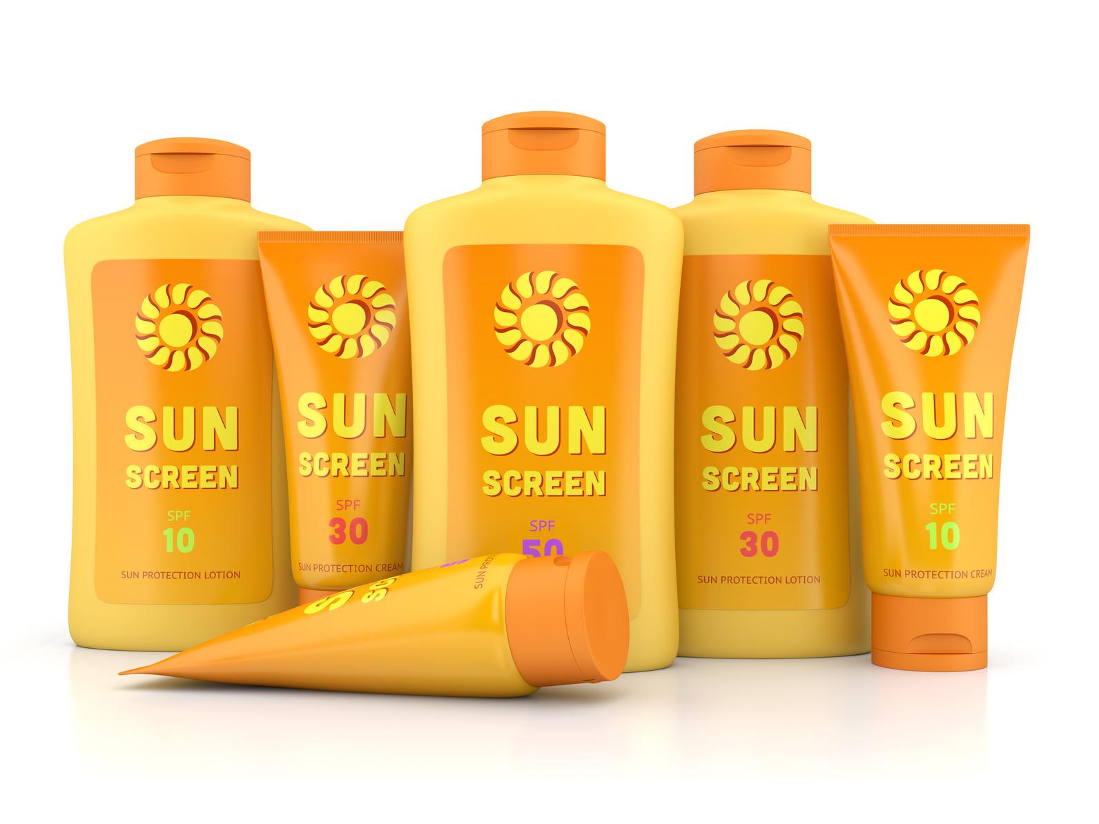 Verschiedene Sonnencremes in gelben Spendern