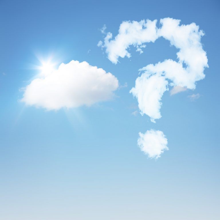 Fragezeichen aus Wolken am Himmel